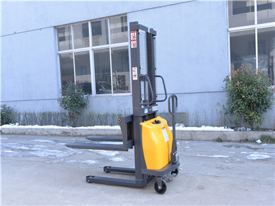 Why does the battery capacity of a semi-electric stacker decrease?