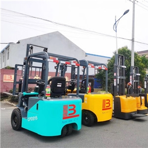 What are the methods for maintaining electric forklifts in hot weather?