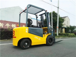 What is the impact of the number of batteries in an electric forklift?