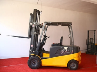 How to maintain electric lift truck batteries in winter?
