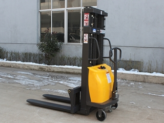 What are the precautions for charging the battery of a semi-electric stacker?