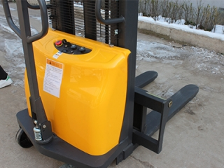 How much is a semi-electric stacker? How to clarify your needs?