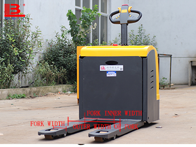 What are the specifications of the pallets used by the electric transpallet fork