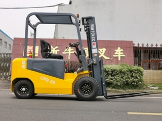 Electric forklift manufacturers recommend that customers choose small electric f